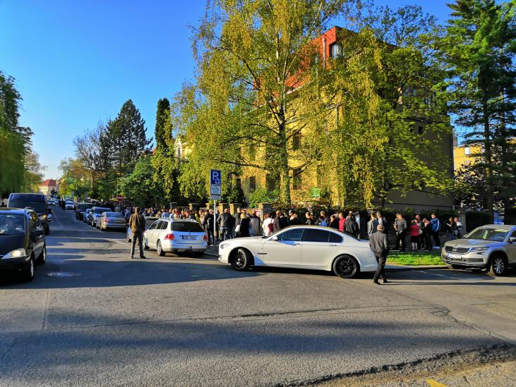 «Полчаса до открытия избирательного участка»: В Праге невероятный ажиотаж из-за выборов президента Украины