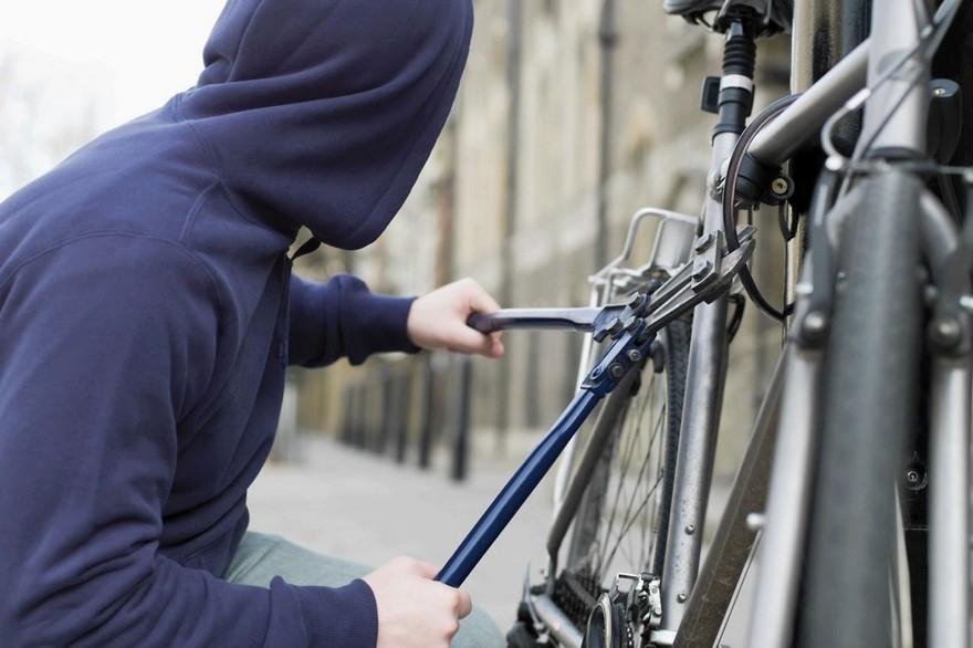 Жестоко пытали и выбивали признание: В Киевской области трое парней издевались над 19-летним другом из-за велосипеда