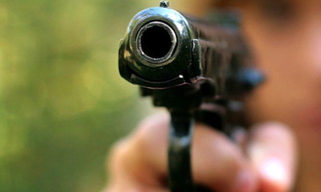 «С пистолетом средь бела дня»: в Киеве мужчина напал на детей на детской площадке