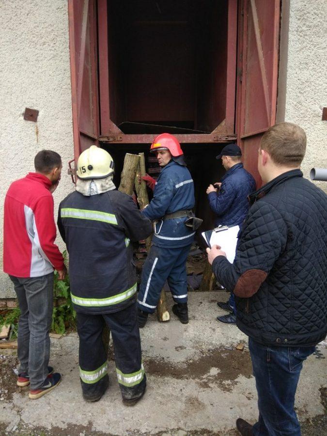 На Львовщине на одном из предприятий оборвался грузовой лифт, погибли два человека
