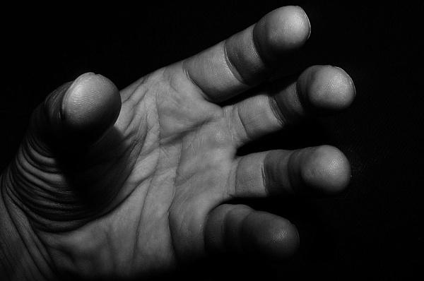 Госпитализирована с побоями по всему телу: в Киеве мужчина жестоко изнасиловал несовершеннолетнюю
