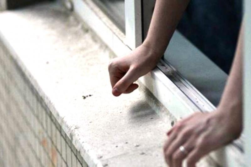 Хотел убрать на балконе: В Киеве подросток выпал из окна многоэтажки