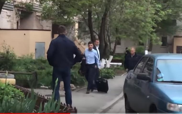 «Без кортежа, охраны, мигалок, сам тащил свой чемодан» В Сети просто поражены поведением Зеленского в Кривом Роге