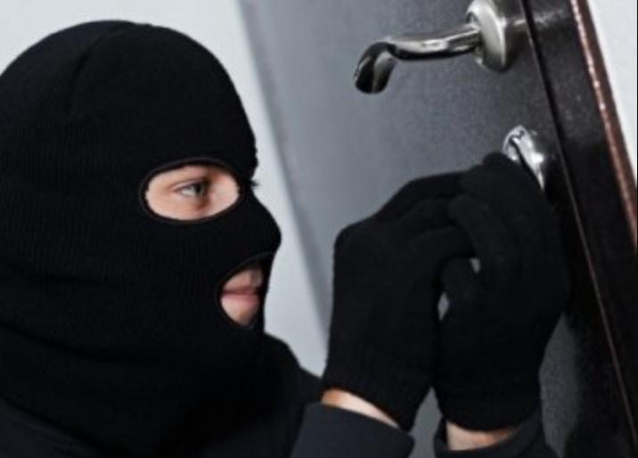 «Вынесли 6000 долларов и норковую шубу»: В столице ограбили квартиру судьи Верховного суда