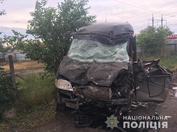 В Одесской области грузовик влетел в микроавтобус: пострадали четыре человека