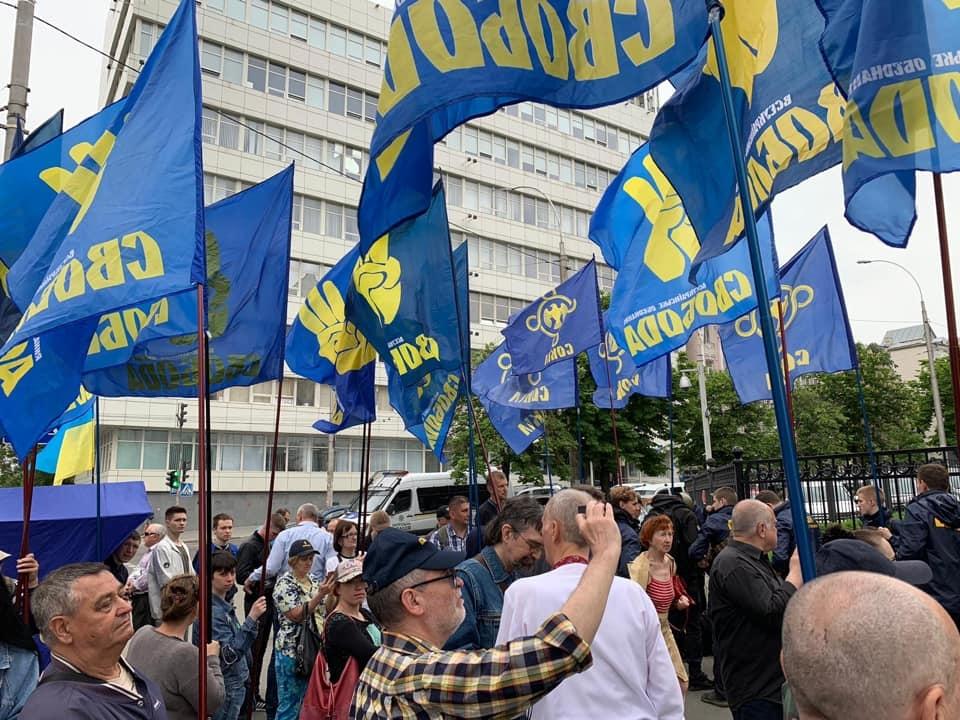«Нет московско-большевистскому реваншу!»: «Свобода» пикетируют КС, чтобы не допустить отмены закона о декоммунизации