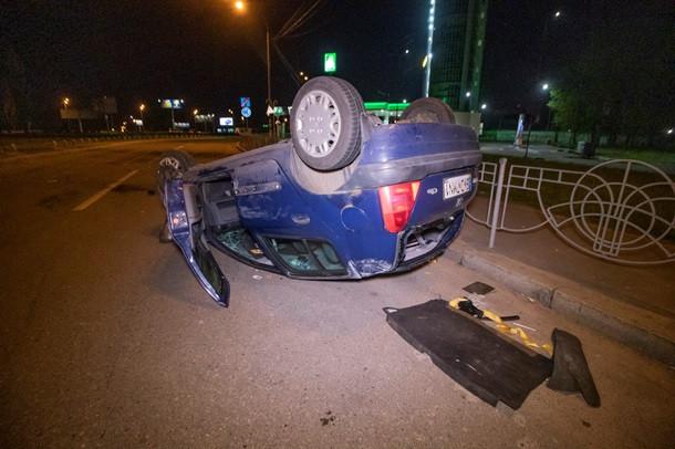 Машину перевернуло, тормозил крышей: пьяный водитель устроил в Киеве жуткое ДТП