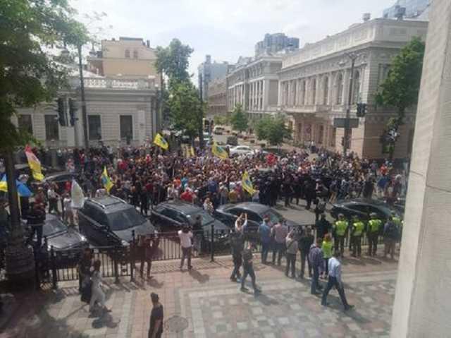 Масштабный митинг в центре Киева. Участники акции устроили драку с правоохранителями. Ситуация обостряется