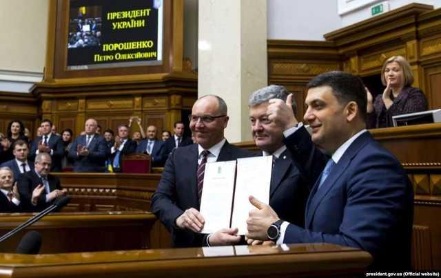 «Закрылись в кабинете»: Гройсман, Парубий и Порошенко обсуждают роспуск Рады. Холодный душ для политиков