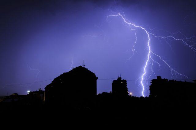 Беспощадная стихия: Молния убила 66-летнего мужчину на Львовщине, его жена в реанимации