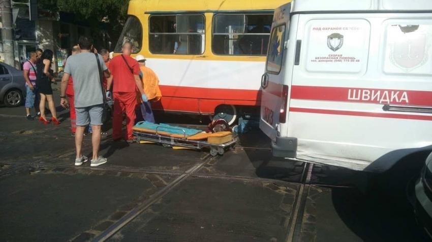 Водитель не увидела пенсионерку: В Одессе трамвай разрезал старушку-пешехода пополам
