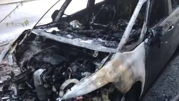 Сгорел почти дотла: неизвестные подожгли автомобиль главного редактора телеканала