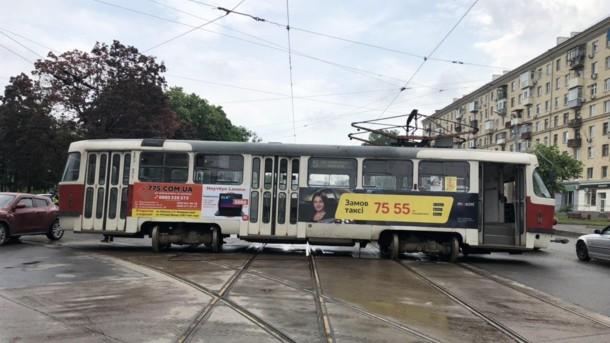 Трагическое ДТП в Харькове: трамвай сошел с рельсов и врезался в легковушку с людьми