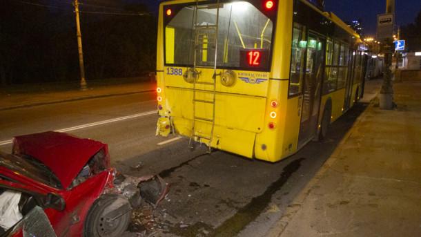 В Киеве легковушка врезалась в троллейбус, который остановился, чтобы высадить пассажиров
