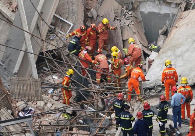 Десятки людей под завалами: в Шанхае обрушилось здание