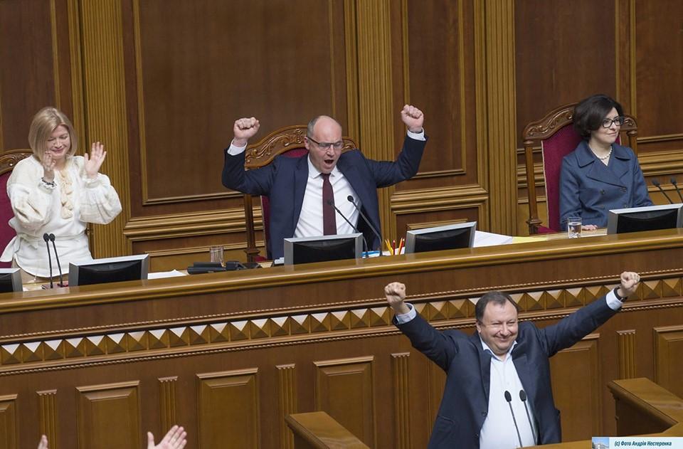 Срочно! Парубий на пленарном заседании Рады подписал важный документ