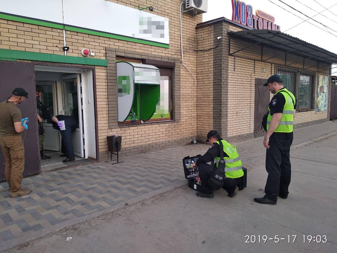 Бросал в людей, но подорвался сам: Взрыв в отделении банка в Луганской области