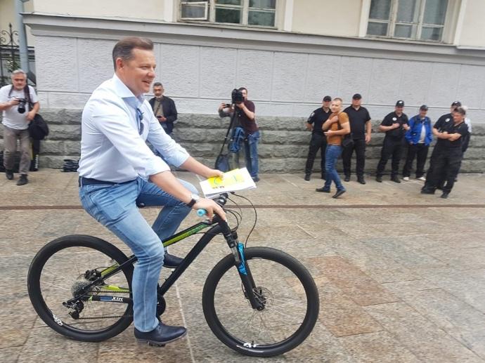 Встреча Зеленского с председателями фракций: Радикал Олег Ляшко приехал на велосипеде и требовал стоянку