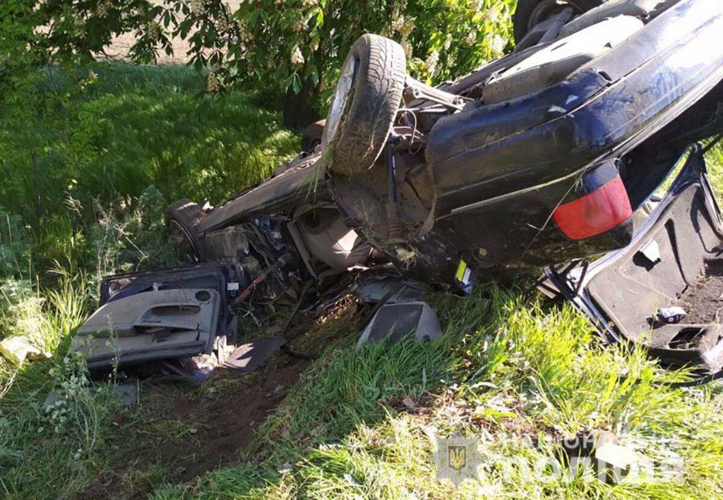 «Превратилась в кучу металлолома»: В Запорожье иномарка врезалась в дерево и вылетела в кювет, есть погибшие