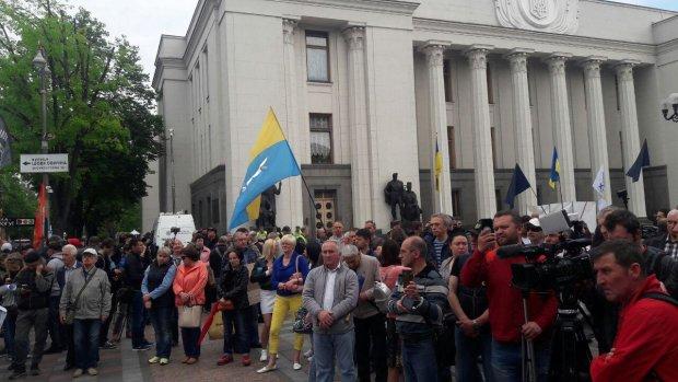 Под Радой проходит митинг из-за Зеленского: озлобленные участники озвучили жесткий ультиматум