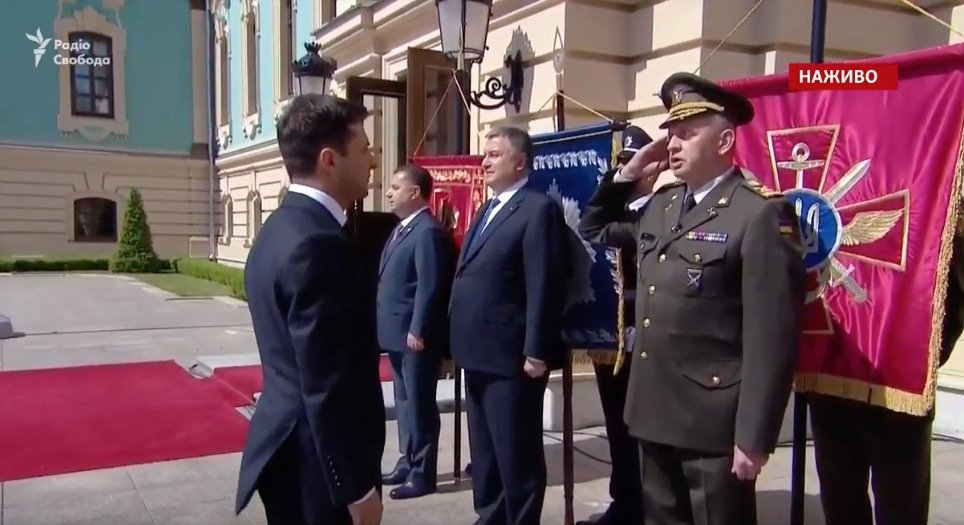 Двое из главных военачальников Украины нарушили устав и не отдали честь Зеленскому. Главу СБУ освистали