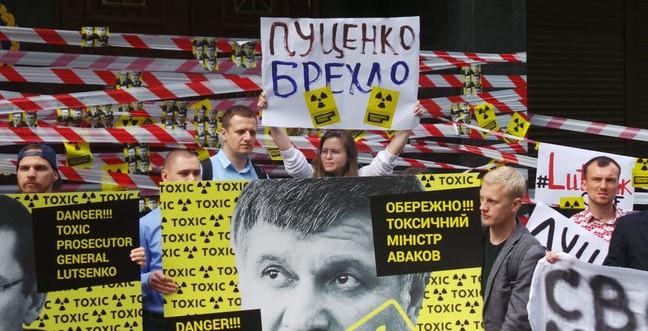 Активисты пикетируют ГПУ и МВД с требованием отставки Луценко и Авакова: произошла драка, применяли слезоточивый газ