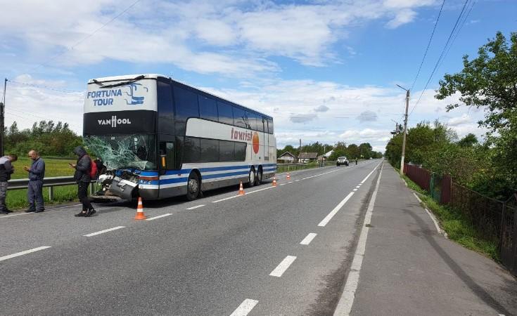Пассажирский автобус на Львовщине не разминулся с «Мерседесом»: есть пострадавшие