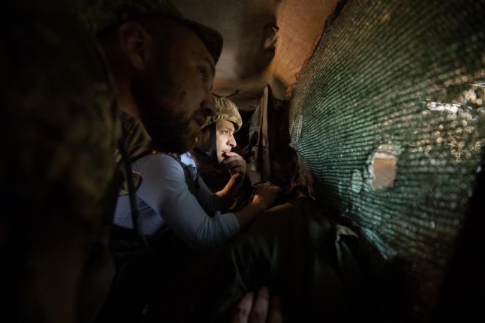 Попрыгал на кроватях, проверил водоснабжение, пообщался с бойцами: как президент Зеленских приехал на «передовую»
