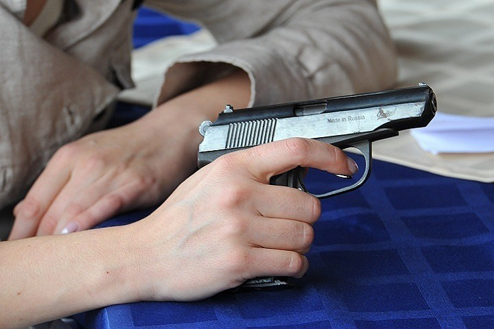 В России 17-летний подросток с ножом и пистолетом взял в заложники свой класс и учительницу