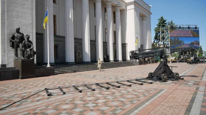 «Нацгвардия, желто-голубой забор и появление Зеленского» Как возле ВР готовятся к инаугурации новоизбранного президента