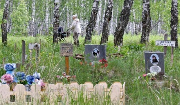 Почему нельзя нести венки на кладбище: священники срочно обратились к украинцам