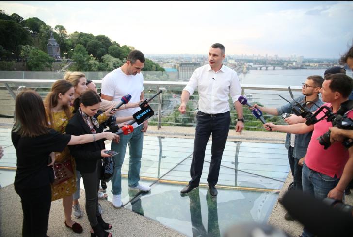 Вода под мостом и массовая давка: в Киеве братья Кличко открыли пешеходный мост