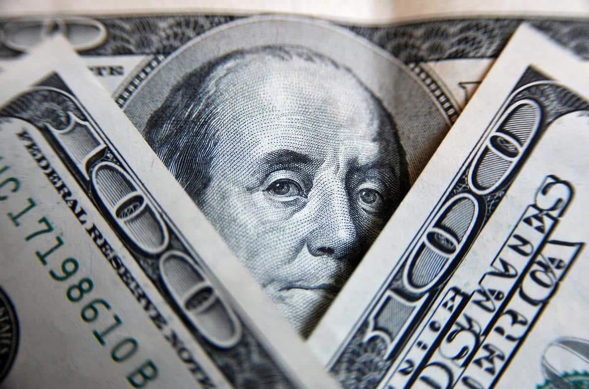 Эксперт объяснил, почему падает цена на доллар и, что будет с ним уже через неделю