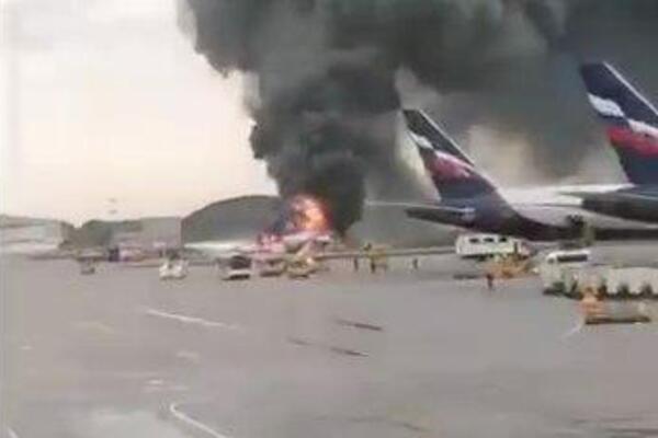 «Люди выпрыгивали на ходу»: В Москве при посадке загорелся пассажирский самолет