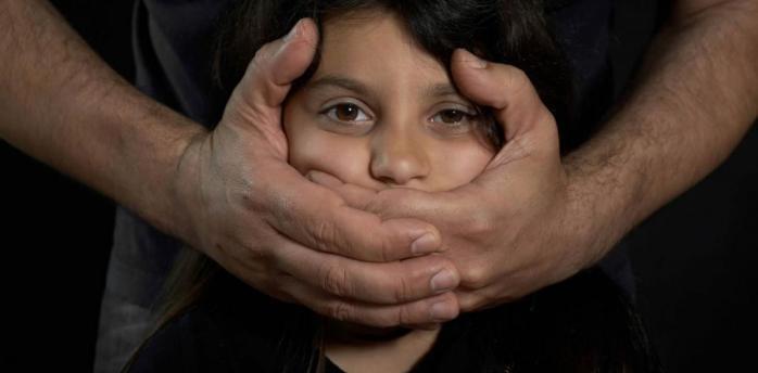 Запугивал и насиловал: в Киеве мужчина издевался над 15-летней девочкой и 2-летним мальчиком