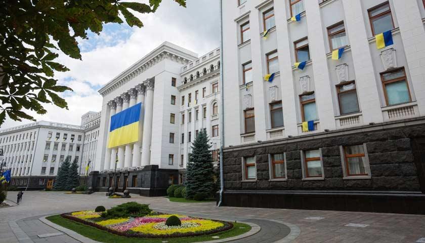 Зеленский попросил пропускать всех желающих: В Киеве открыли проход на территорию Администрации Президента