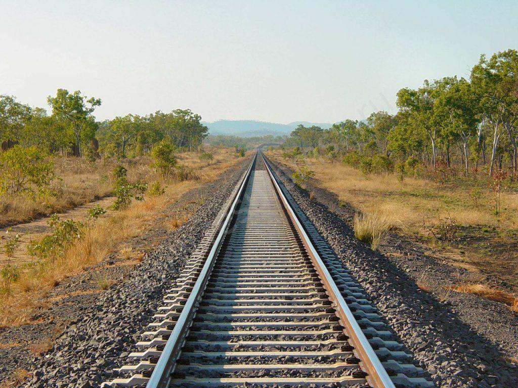 Неподвижно лежала возле рельс: девушка «выпала» из несущегося на скорости поезда