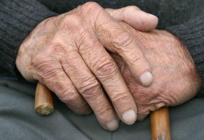 Оставил стареньким лишь пачку соли: мужчина неделю морил голодом пожилых родителей
