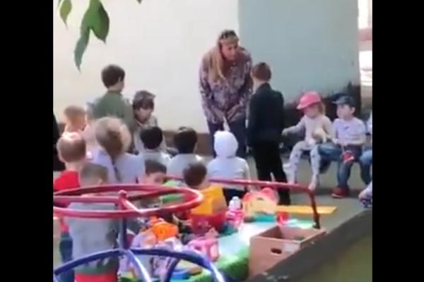 «На колени, подонок!»: В России воспитательница детсада заставила 5-летнего мальчика целовать землю