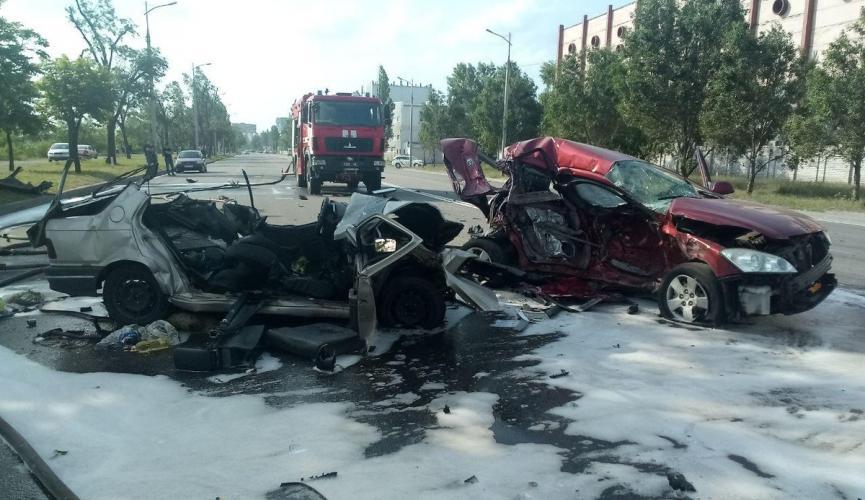 В Днепре столкнулись три иномарки — погибла семья с ребенком, автомобили разбиты вдребезги