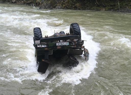 «Судьба одного остается неизвестной»: На Прикарпатье грузовик с туристами упал в реку, есть погибшие