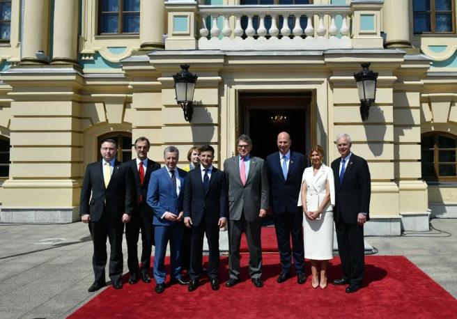 «Приветствовали Президента стоя»: Зеленский с женой провели встречу с представителями иностранных делегаций