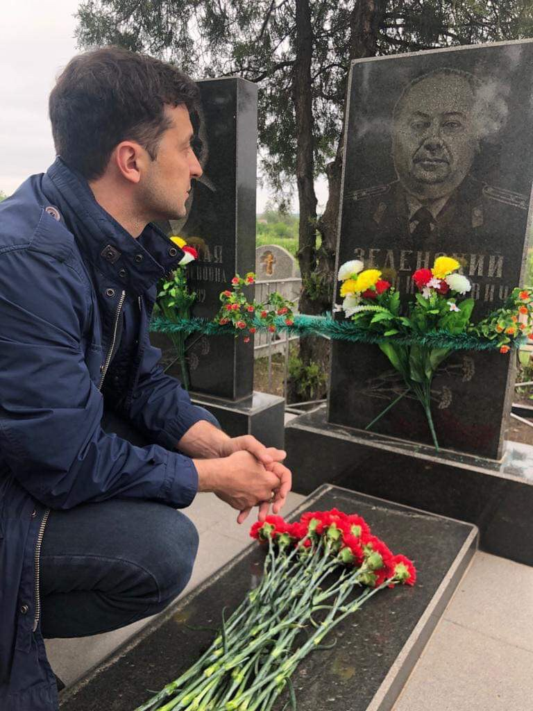 «Никто не имеет права приватизировать эту победу!»: Посетив могилу дедушки-героя, Владимир Зеленский сделал громкое заявление