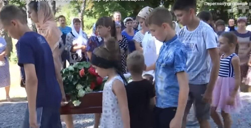«Гроб с девочкой несли братики и сестрички»: Попрощались со священником и его дочерью, которые трагически погибли