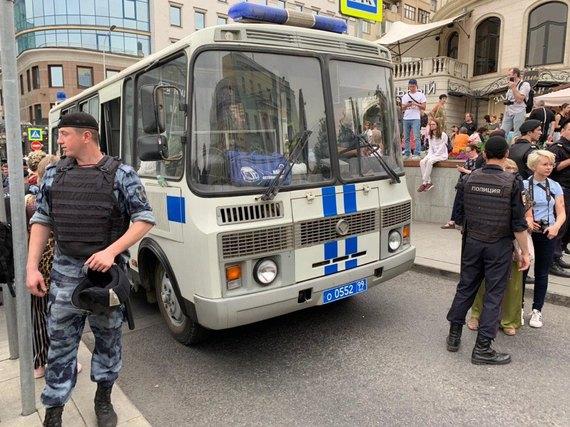Против людей используют дубинки: в Москве проходят протесты