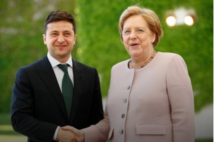 Исторический момент! Зеленский прибыл на переговоры с Меркель. Встретили с оркестром и военными почестями