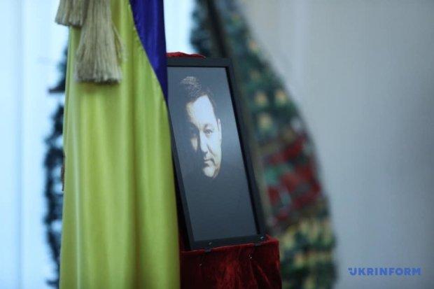 Дмитрия Тымчука провели в последний путь в багровом гробу: Украина в слезах, кадры прощания