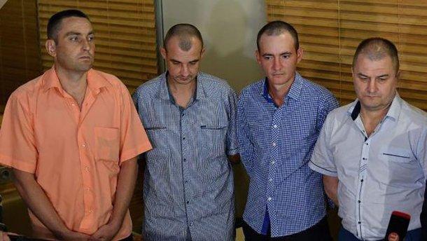 Самолет с четырьмя освобожденными пленными украинцами прибыл в Киев