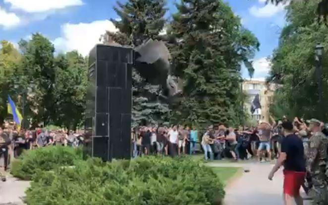 Срочно! В Харькове масштабная акция протеста против Кернеса и Труханова. Коридор позора и свергнутый памятник
