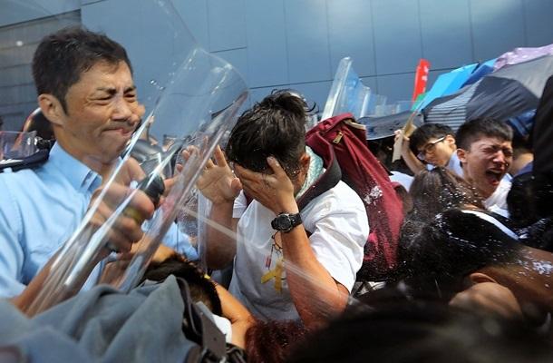 Полиция начала использовать оружие против людей: на улицах Гонконга продолжаются протесты